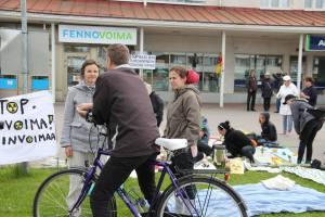 Kuva piknikistä Fennovoimaa vastaan Pyhäjoen keskustassa 14.6.2015.